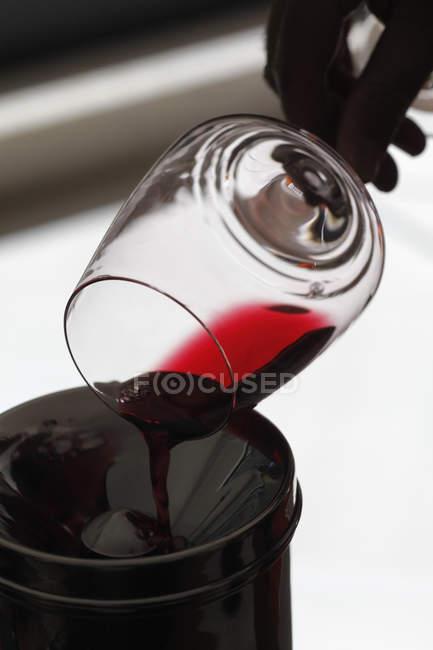 Hand in Spucknapf bei Weinprobe Rotwein aus Weinglas Gießen — Stockfoto