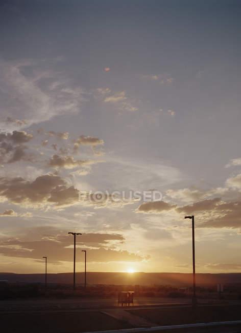 Coucher de soleil sur les montagnes et l'autoroute — Photo de stock