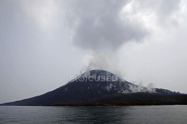 Paysage pittoresque avec de la fumée s'élevant volcan Krakatau — Photo de stock