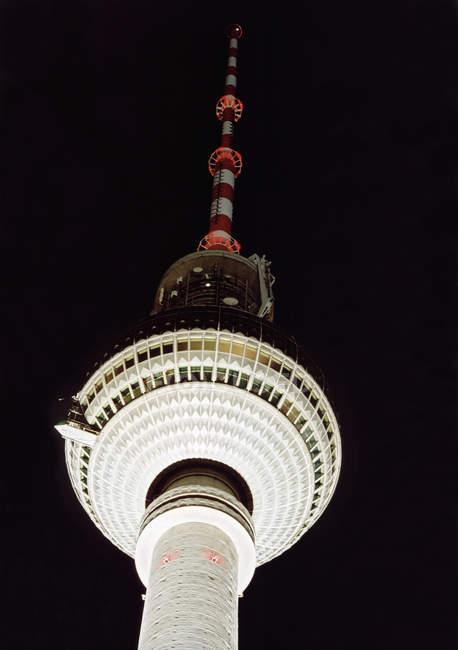 Vista inferior de la Torre de Televisión en la noche, Berlín, Alemania - foto de stock