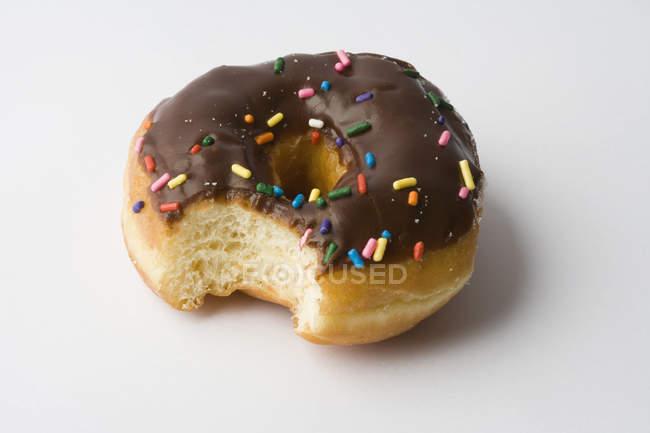 Schokoladenring Donut mit fehlendem Biss — Stockfoto