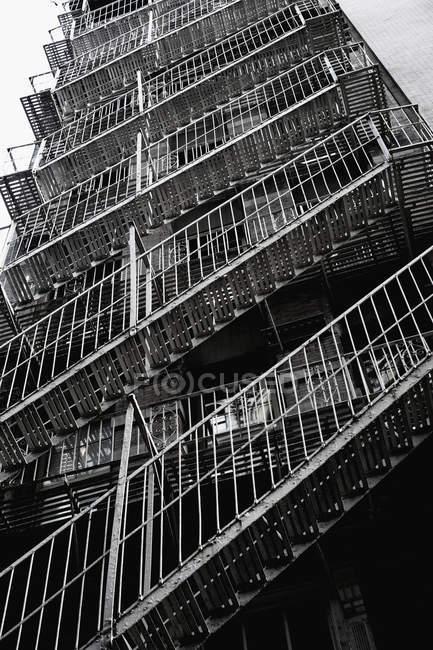 Пожарные лестницы на задней части здания — стоковое фото