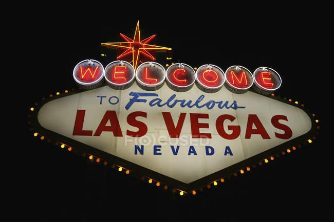 Vista a basso angolo di benvenuto a Las Vegas Sign at Night, Las Vegas, Nevada, USA — Foto stock