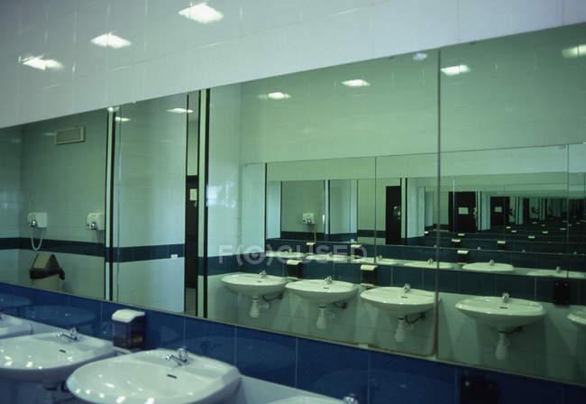 Linha de lavatórios e espelhos no banheiro público — Fotografia de Stock