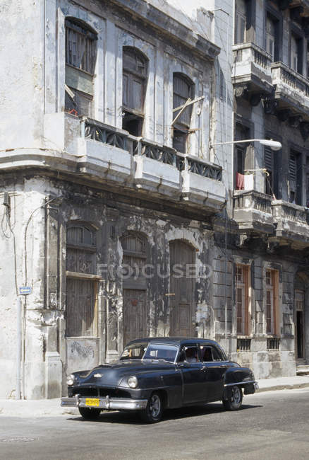 Oldtimer geparkt vor der heruntergekommenen Gebäude — Stockfoto