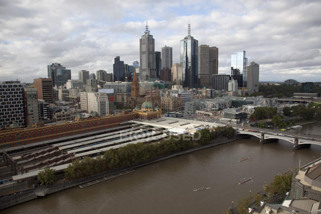 Cityscape of Melbourne with Flinders Street Station and Yarra River — Stock Photo
