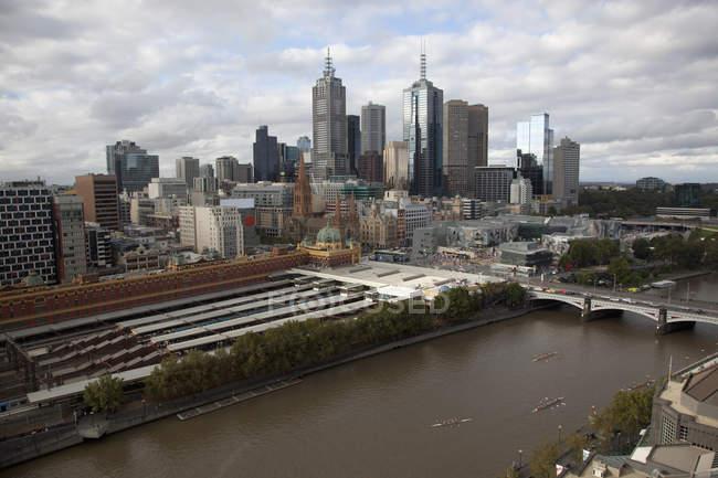 Cityscape de Melbourne com Flinders Street Station e Rio Yarra — Fotografia de Stock