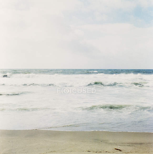 Tranquil view of ocean waves seen from beach — Stock Photo