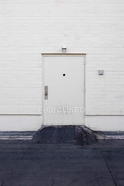 Full-Frame-Schuss der weißen Wand mit Tür — Stockfoto