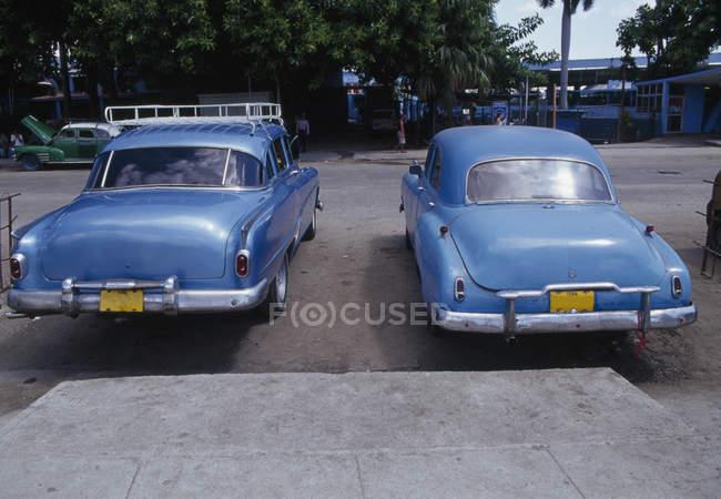 Dois carros antigos estacionados lado a lado na rua — Fotografia de Stock