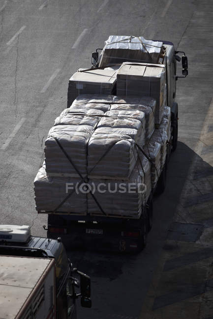 Lorry carrying goods during daytime — Stock Photo