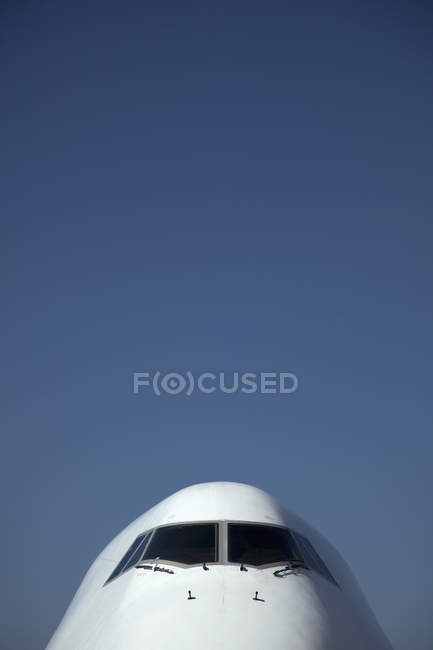 Cockpit fenêtre de jumbo jet au-dessus du ciel — Photo de stock