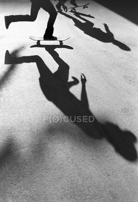 Silhouettes of skateboarders on ground — Stock Photo