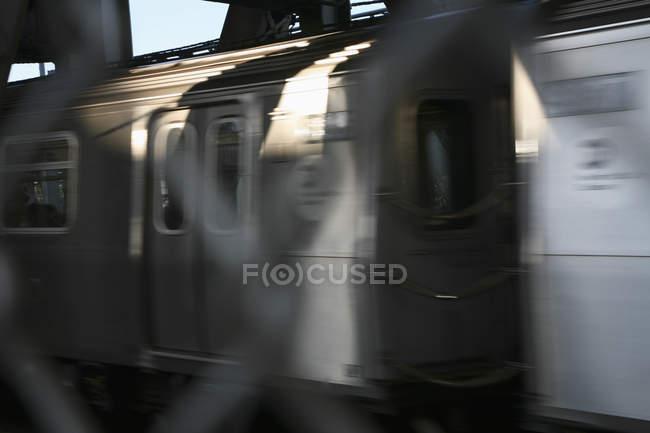 Проезжающий американский общественный транспорт с размытой сеткой на переднем плане — стоковое фото