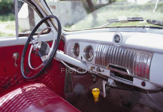 Innere des Oldtimer mit rotem Leder — Stockfoto