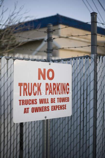 Keine Parkplätze-Verbotszeichen auf Drahtzaun — Stockfoto