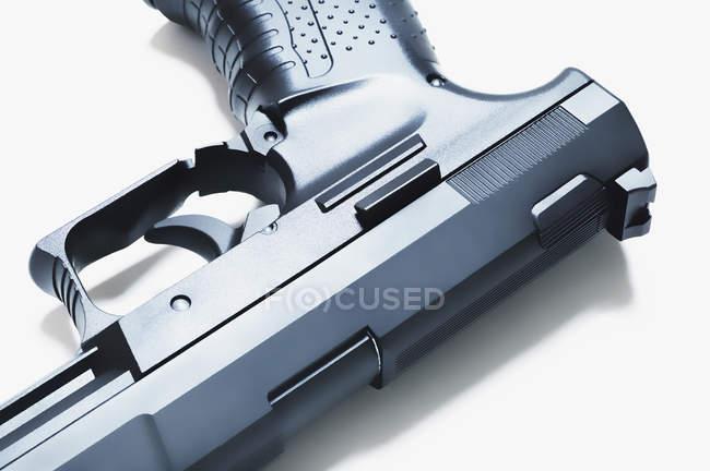 Nahaufnahme der Pistole über weiß — Stockfoto