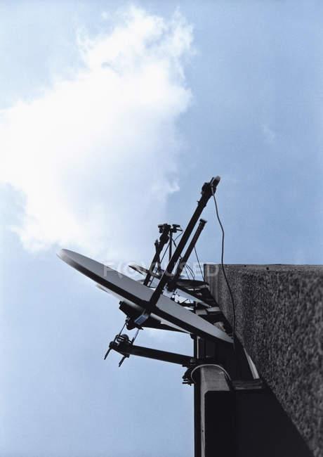 Antenas parabólicas montagem na construção de canto — Fotografia de Stock