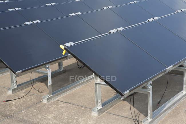 Rangées de modules solaires minces — Photo de stock