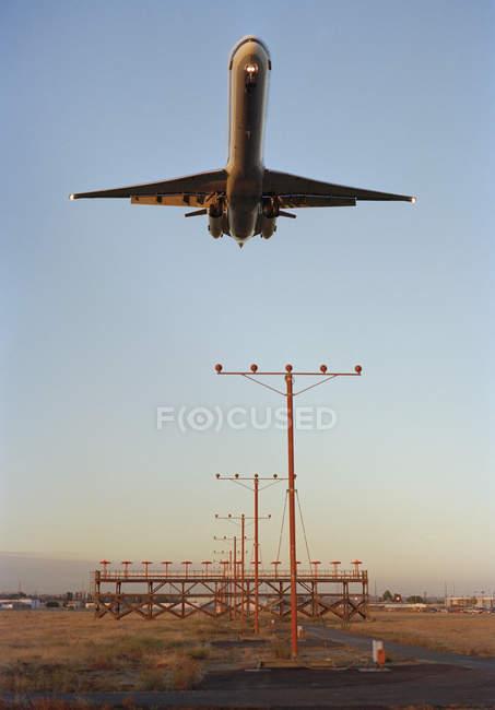 Низький кут зору Аероплан приземлення у сутінках, захід сонця — стокове фото