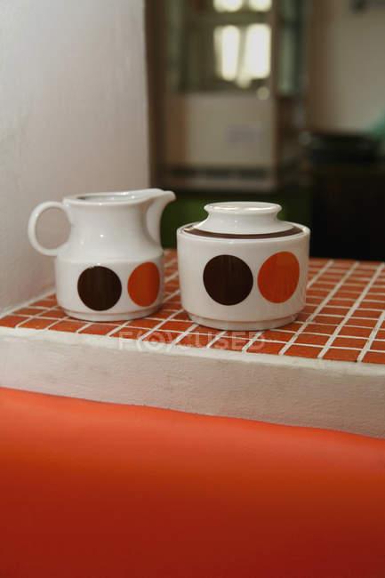 Цукор чаші і молока глечиком на стіл в кафе — стокове фото