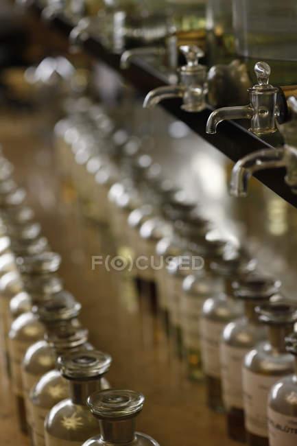 Ряды стеклянных бутылок в парфюмерном киоске — стоковое фото