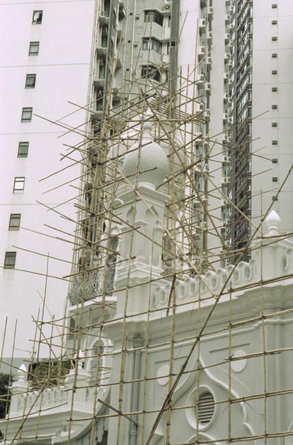 Bamboo scaffolding surrounding mosque facade — Stock Photo