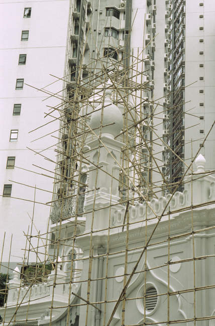Bamboo scaffolding surrounding mosque facade — Stock Photo