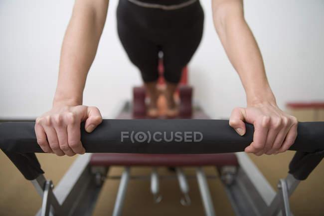 Frau auf Pilates Bank Ausübung — Stockfoto