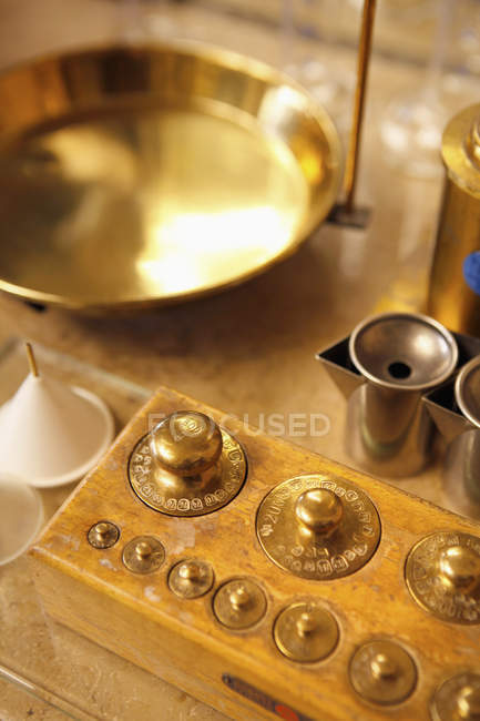 Gold weights and other equipment atperfumery — Stock Photo