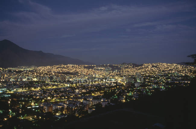 Cityscape освітленій вночі, Каракас, Венесуела — стокове фото