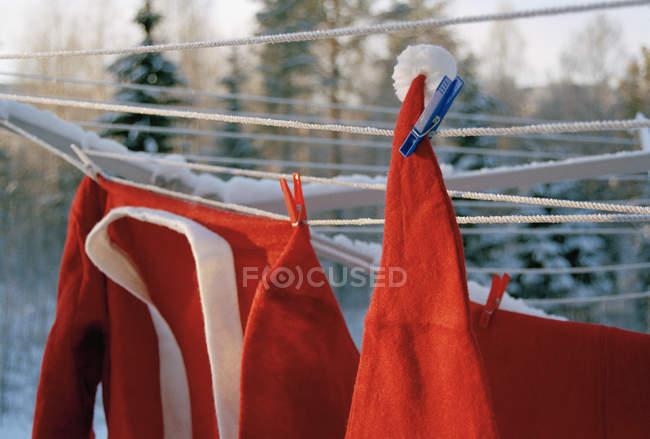 Close up vista do traje de Papai Noel pendurado no varal — Fotografia de Stock