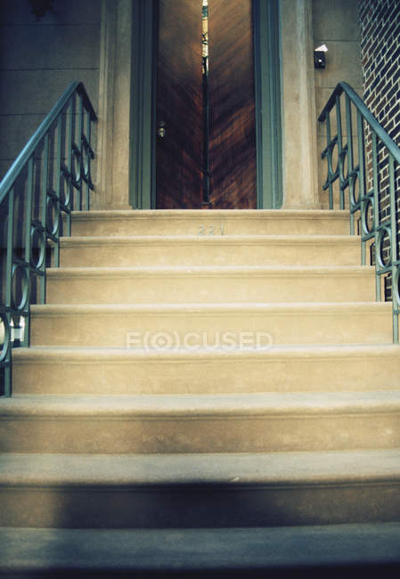 Steps leading up to door — Stock Photo