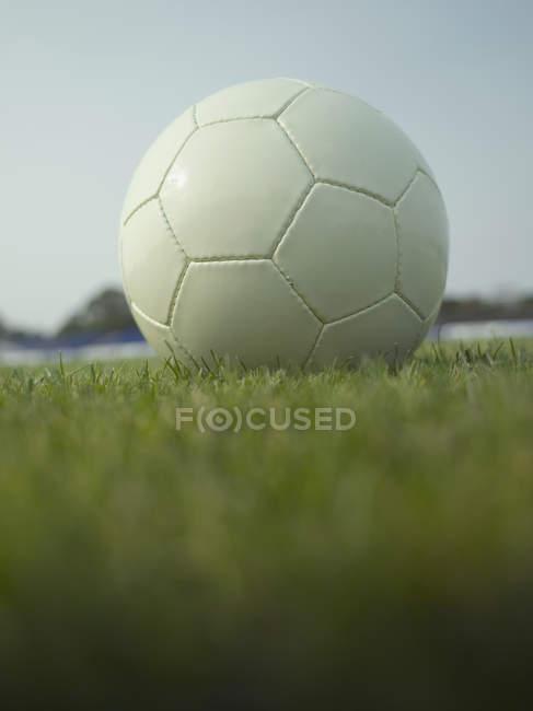 Oberflächenebene Ansicht des Fußballs auf Gras — Stockfoto