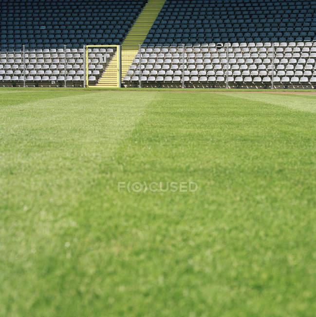 Superficie vista nivel de estadio de fútbol vacío - foto de stock