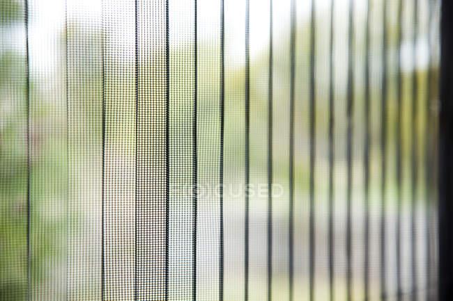 Uma visão embaçada da cena através de cortinas têxteis transparentes — Fotografia de Stock