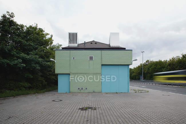 Edificio industriale blu su strada — Foto stock