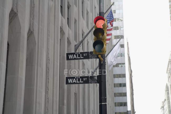 Vista de baixo ângulo dos semáforos em Wall Street — Fotografia de Stock