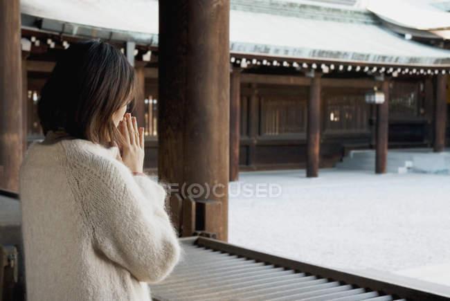 Uma mulher rezando em um templo — Fotografia de Stock