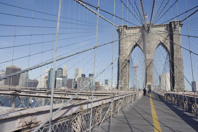 Brooklyn Bridge com arranha-céus de Nova York em segundo plano — Fotografia de Stock
