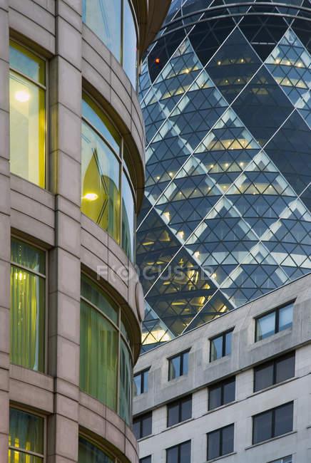 Immagine ritagliata di facciate di edifici per uffici moderni — Foto stock