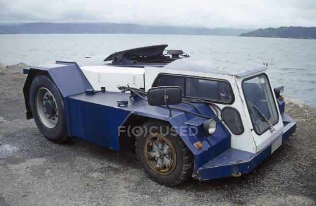 Странная машина 4х4 на берегу озера — стоковое фото