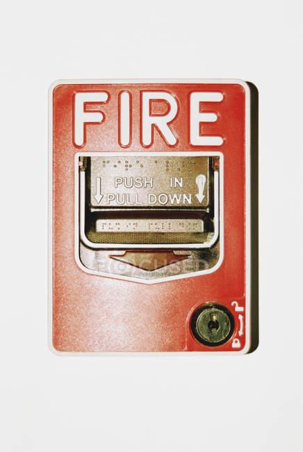 Рычаг пожарной сигнализации на белой стене — стоковое фото