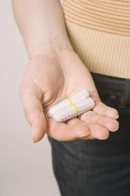 Ernte weibliche Hand mit zwei tampons — Stockfoto