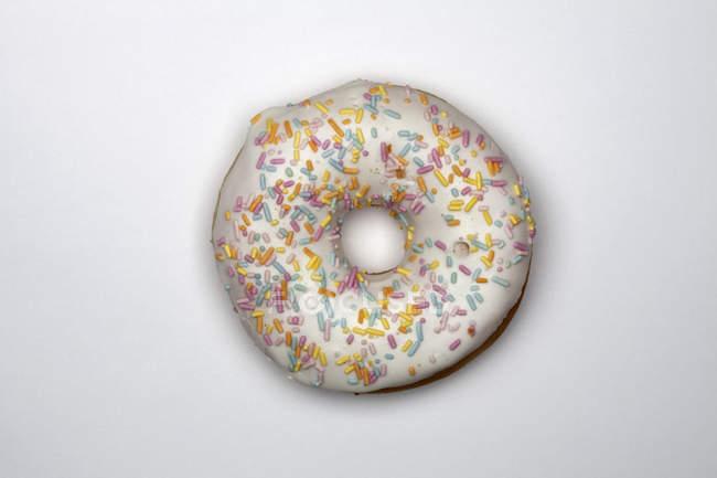 Direkt oberhalb der Ansicht von Donut auf weißem Hintergrund — Stockfoto