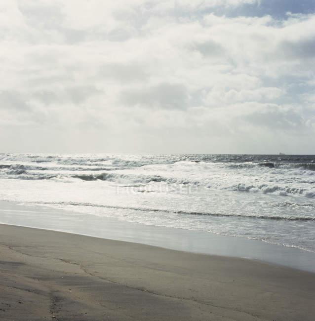 Paysage marin de plage déserte par temps couvert — Photo de stock
