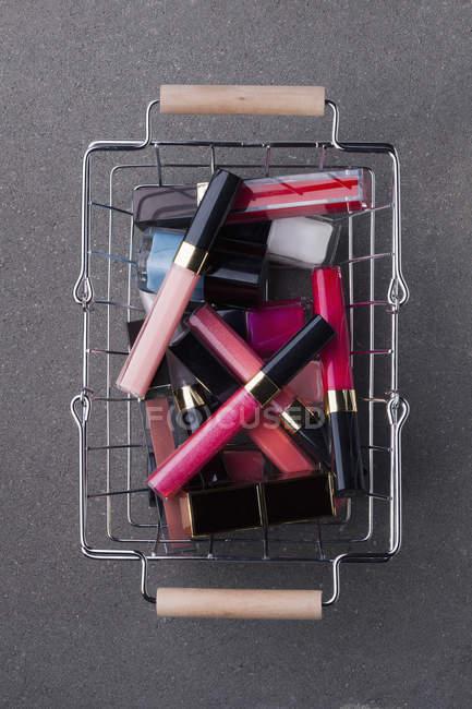 Різні рожевий косметики в магазинах кошик — стокове фото