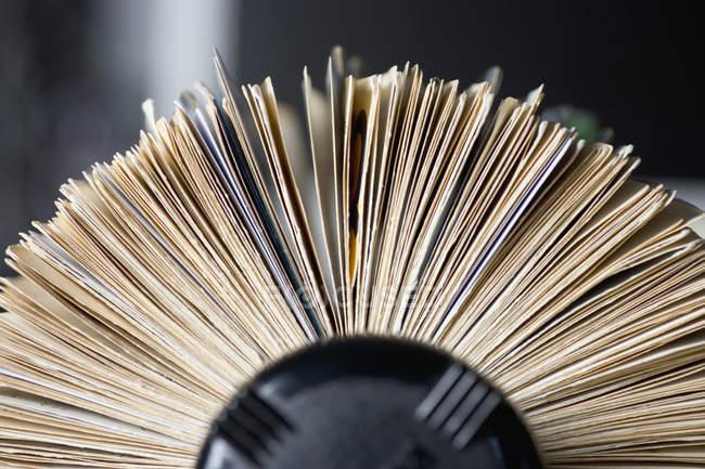 Vista lateral do arquivo de cartão rotativo na tabela — Fotografia de Stock