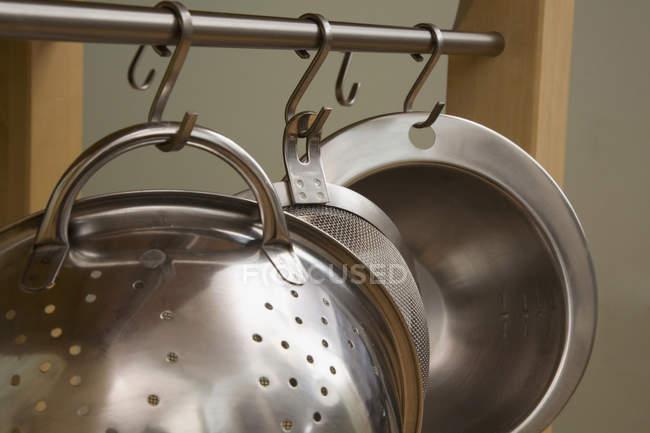 Кадроване зображення Кухонне начиння висить в рядку — стокове фото