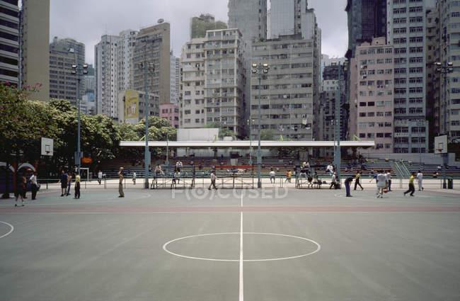 Città campi da basket sullo sfondo di condomini — Foto stock